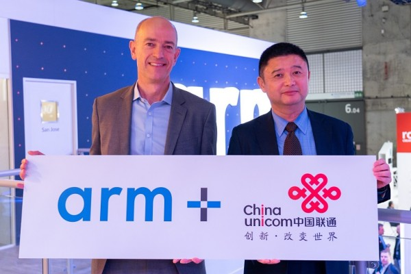 [Arm 사진자료] MWC서 파트너십 체결 발표하는 사이먼 시거스 Arm CEO와 첸 샤오티엔 차이나유니콤 IoT 총괄.jpg